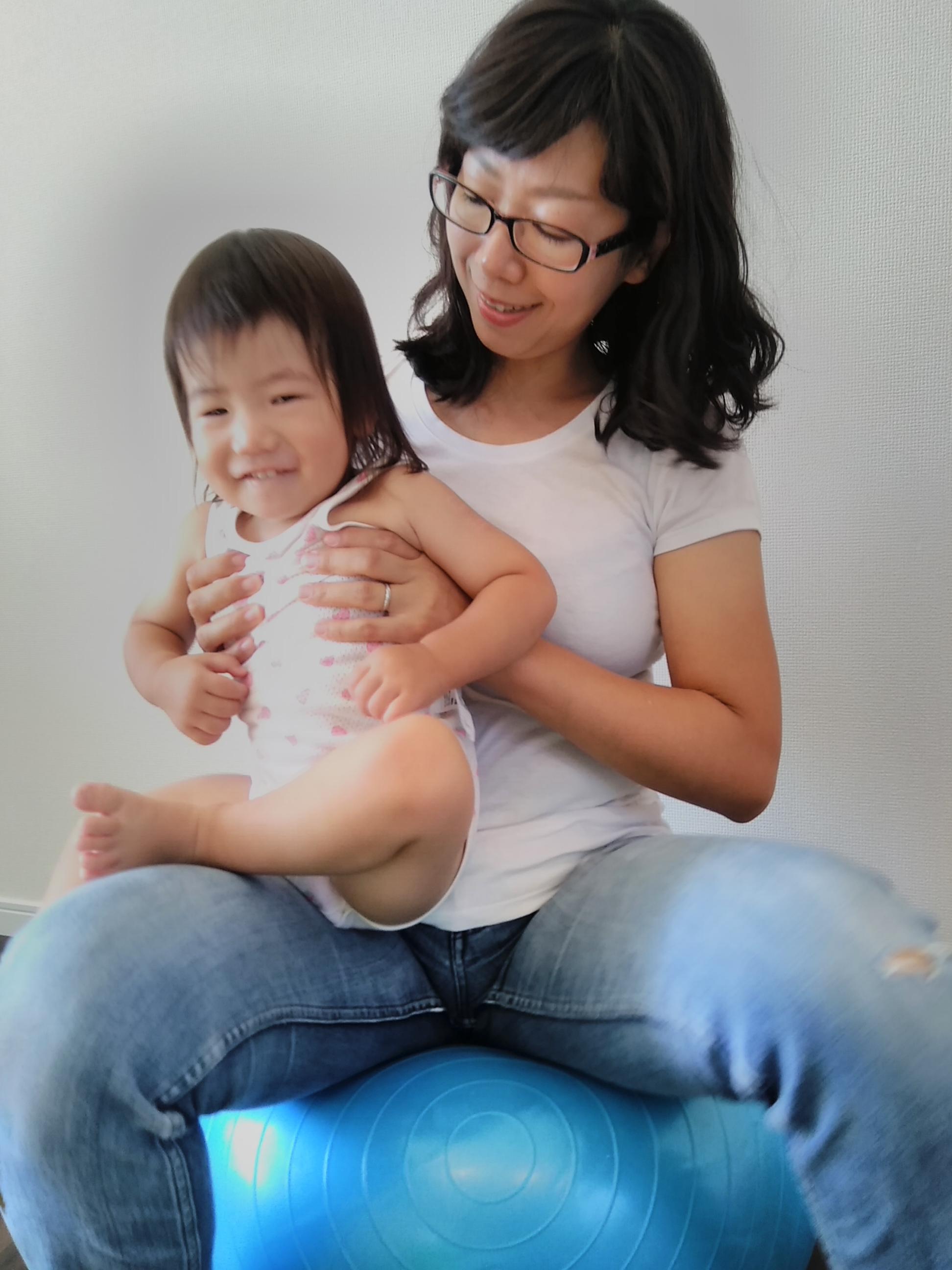 赤ちゃんと一緒にバランスボール体験